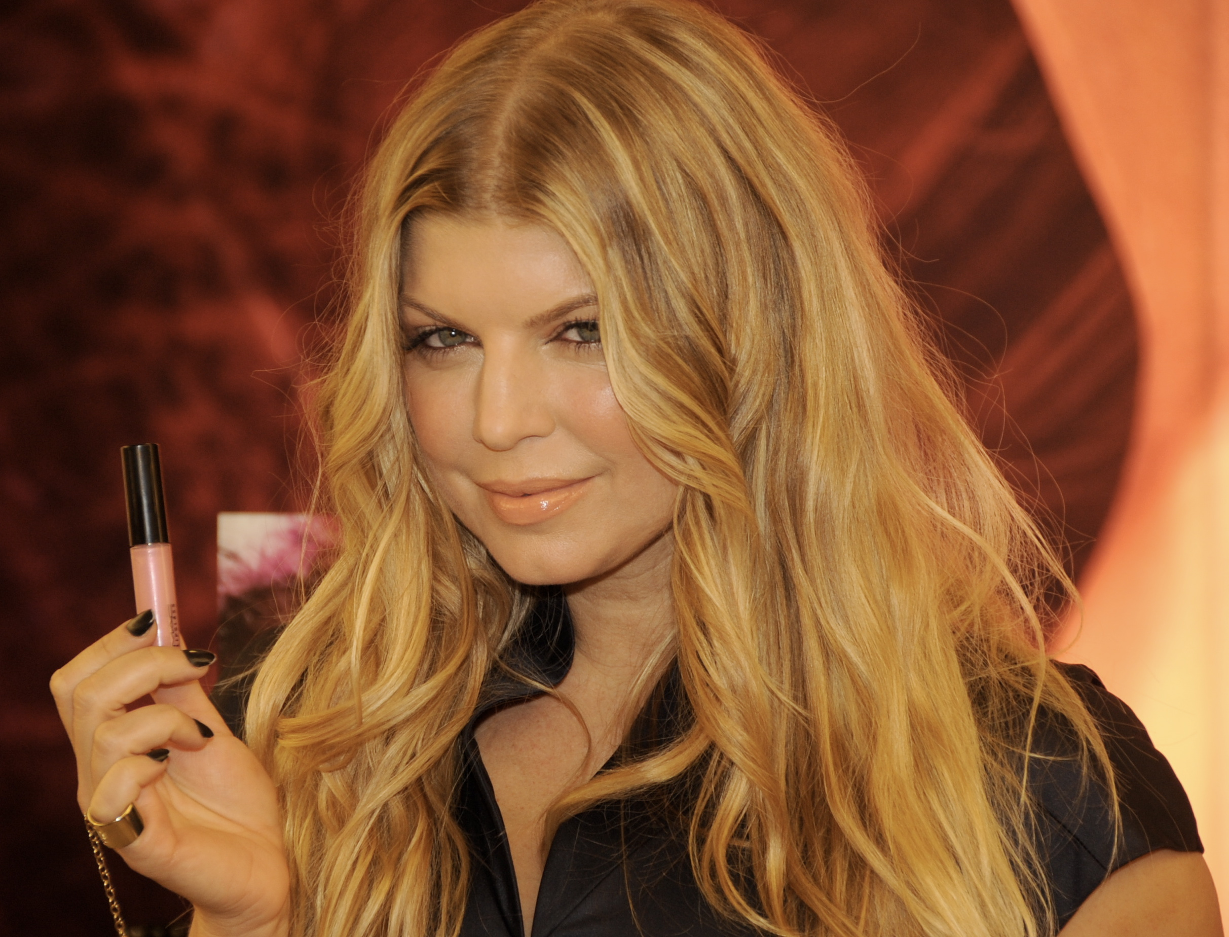 Celeb Red Carpets 08 500x381 Fergie reveals her new VIVA GLAM VI